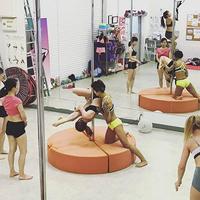 東京都内でおすすめのポールダンス教室人気ランキング10選【柔軟性アップ・ダイエットにも!】