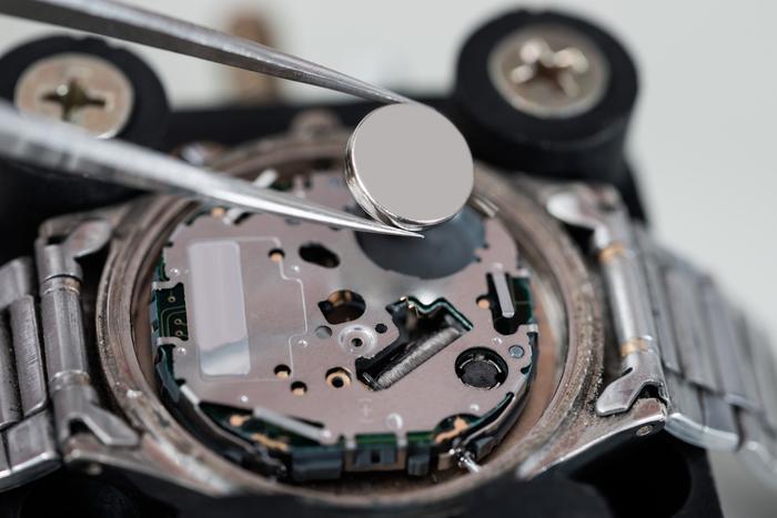 Anda bisa mengganti baterai yang terpasang pada jam tangan Anda dengan  baterai sesuai ukurannya. Tidak sulit mencari baterai yang cocok ... 40964620ba